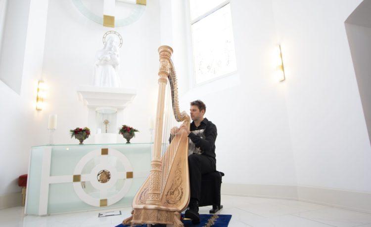 Harfista Michal Matejčík v kaplnke