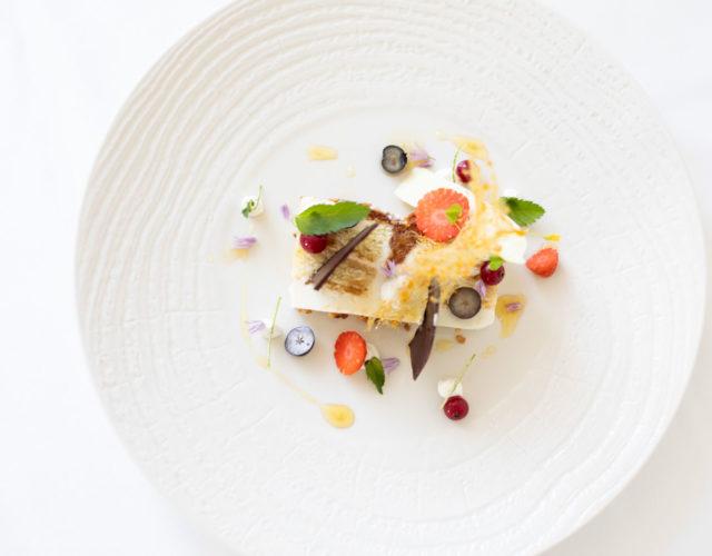 Ľadová terinka, karamel, piškót, ricotta a limetka, svieže ovocie
